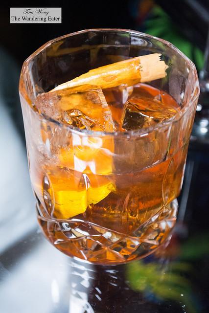 Elegante del Caribe - Destilados de Barrica (Crown Royal, Ron Botran y Torres 15), Vanilla syrup with chamomile, Elegant bitters (orange, cacao, Angotsura), Cinnamon smoke