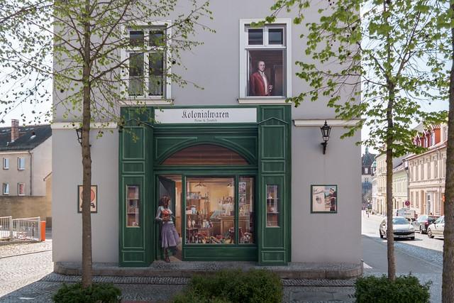 Mit illusionistischer Malerei versehene Hausfassade
