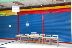 En la imagen se puede ver las mesas electorales situadas en el Colegio de la Plaza del Mercado