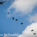 Historische Fallschirmspringer über Ranville