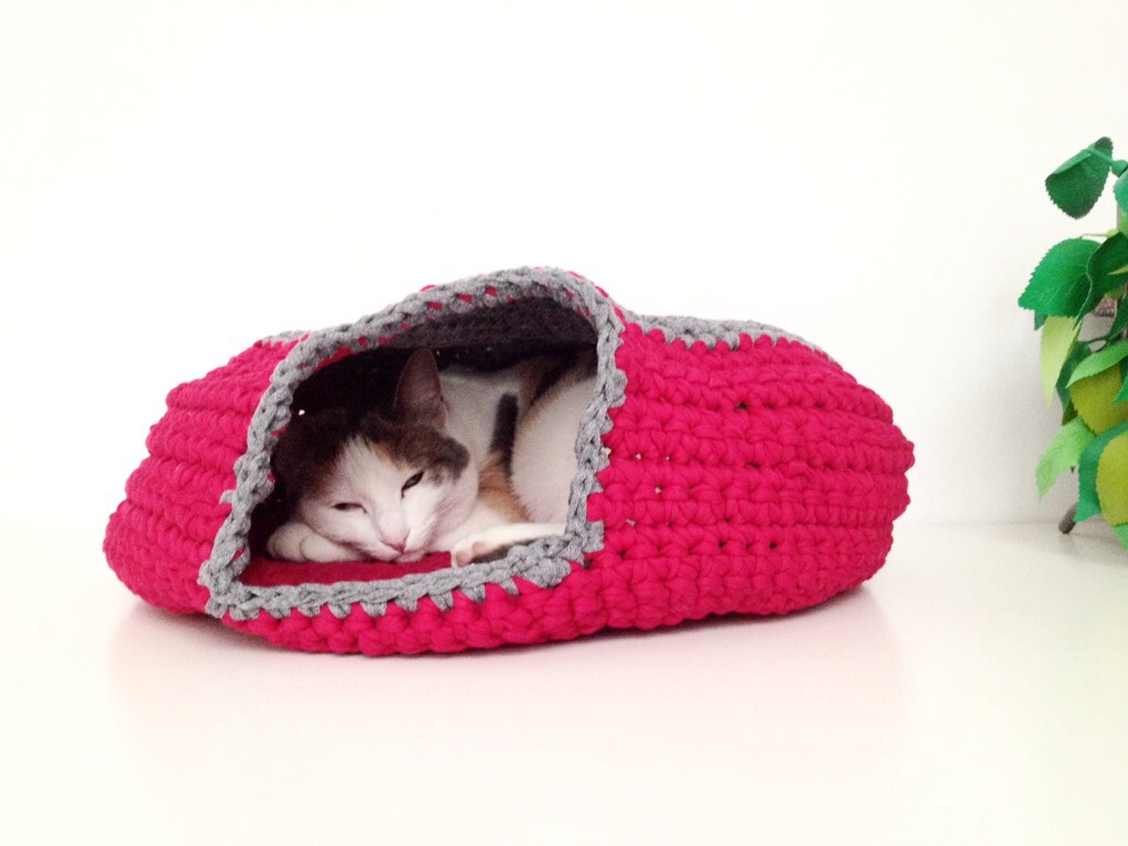 Ravelry: Cat cave pattern by Ioana van Deurzen | 768x1024