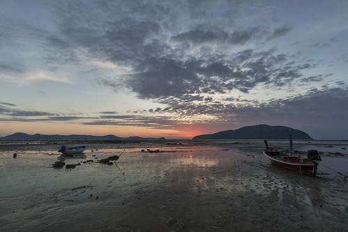 2018 phuketisland thailand island phuket dawn sunrise daybreak sea sand sky clouds boat boats longtailboat sun lowtide tambonrawai changwatphuket th