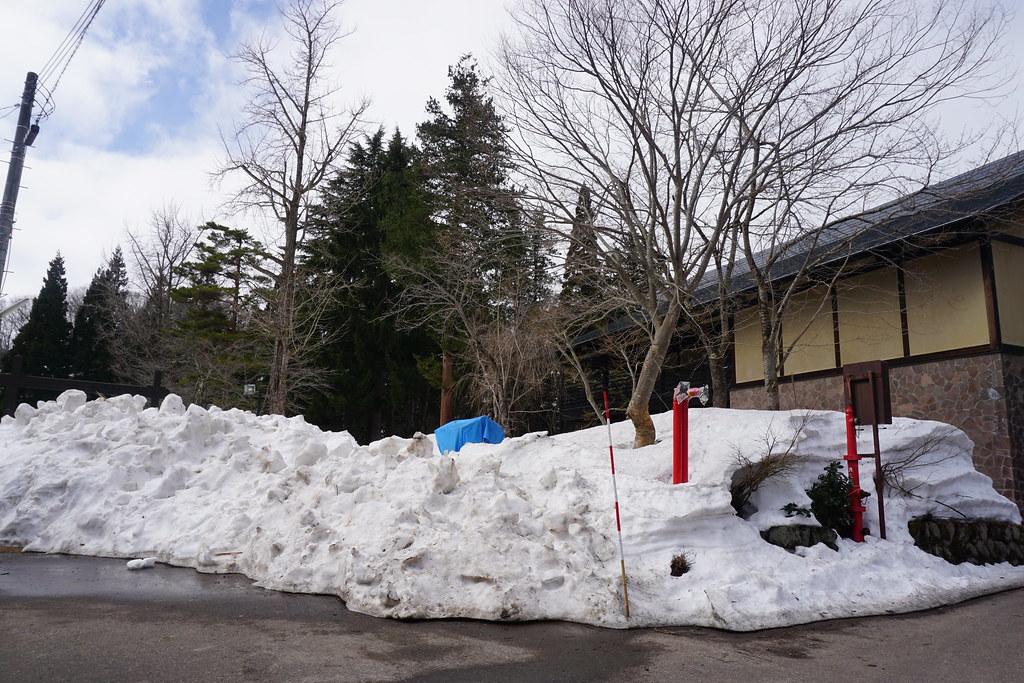 関所館前の雪壁