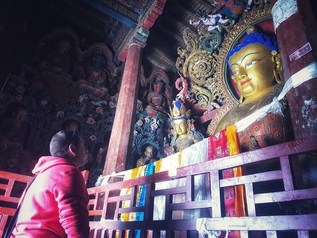 Sele mirando un Buda en el Tíbet