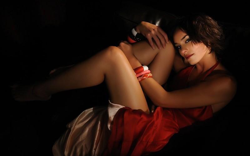 красотка в красном платье