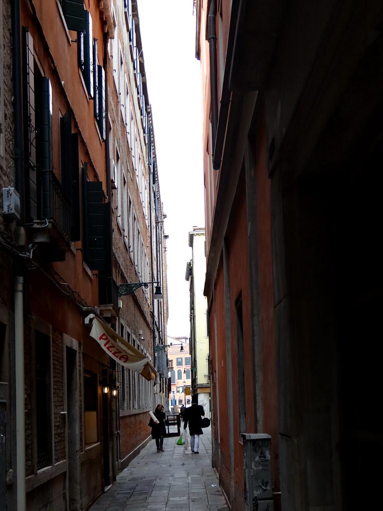 Vom Canal Grande, Ponte di Rialto in Venedig, die engen Gassen verlaßen  ins Labyrinth der Stadt, die Breite der Gasse kann man mit ausgestreckten Armen behnahe messen, in kleinern Gässchen kann man die Arme nicht einmal ausstrecken 00602