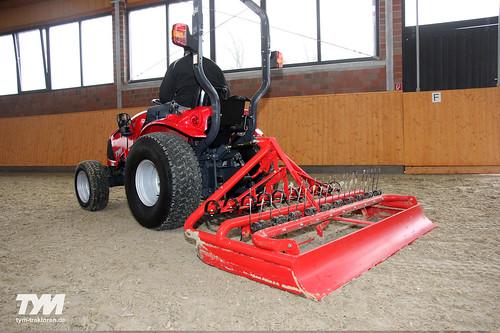 TYM Traktor T273 HST mit Reitbahnplaner