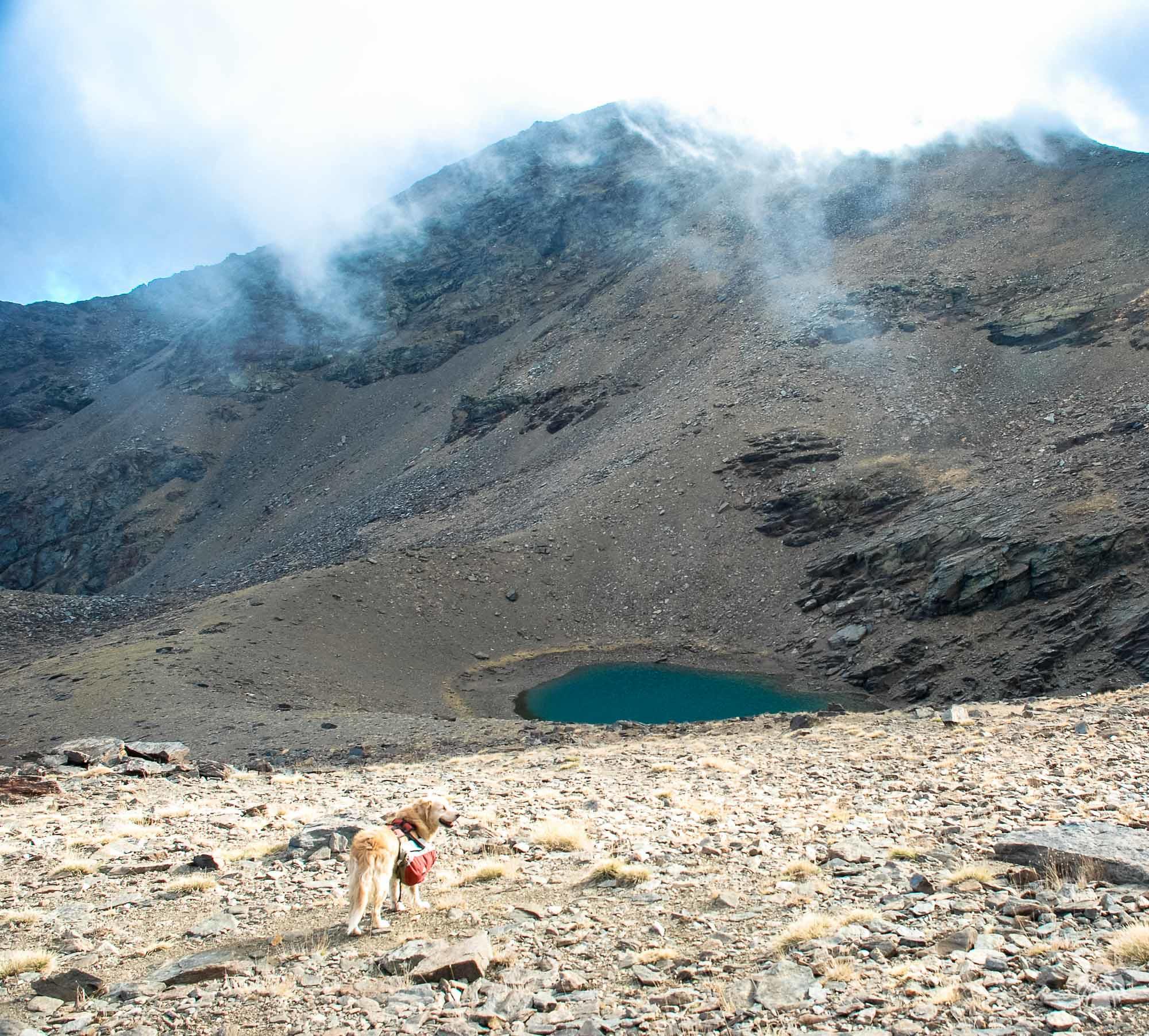 Laguna de Vacares y el Puntal de Vacares oculto por las nubes