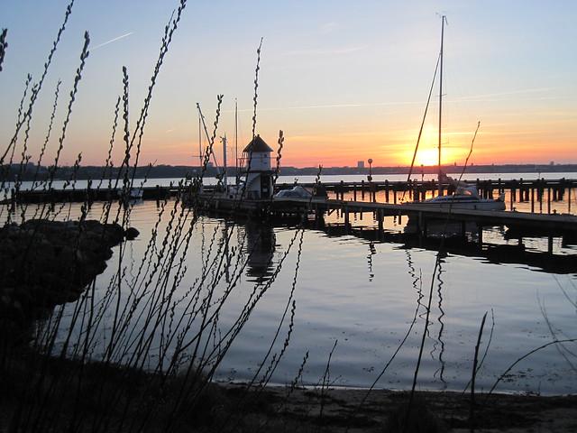 die Kieler Förde im Sonnenuntergang-der Hafen von Mönkeberg