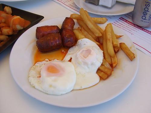 Huevos Fritos con chorizo y patatas - Pio Pio | by Haydn Blackey