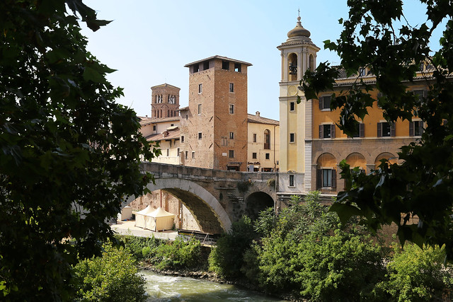 The ponte Fabricio from 62 BC is the oldest bridge in Rome