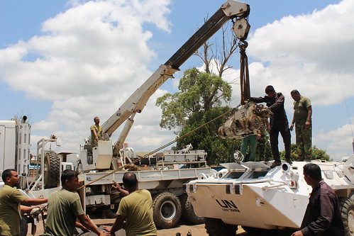Bunia, province de l'Ituri, RD Congo: les mécaniciens du bataillon bangladais de la MONUSCO apportent leur soutien à l'accomplissement effectif des activités opérationnelles de la Mission en fournissant des services de réparation des véhicules blindés de | by MONUSCO