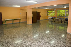En la imagen se pueden ver varias mesas electorales en el Colegio Ongarai Eskola