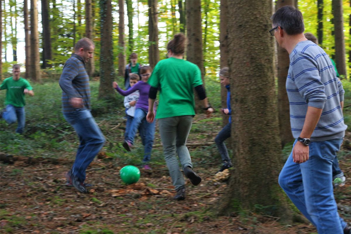 Waldspiel mit Eltern
