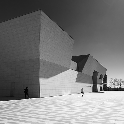 shadow people bw toronto building architecture agakhanmuseum olympusomdem1
