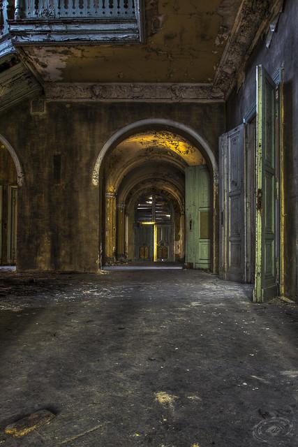 Abandoned entrance Villa Wonka