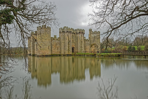 castle walls turrets ramparts bridge footbridge moat mote lake water reflection clouds trees branches leaves medieval history fort 1000v40f ghe