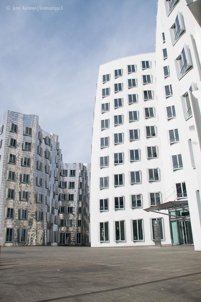 Medienhafenin kauniita futuristisia rakennuksia Düsseldorfissa