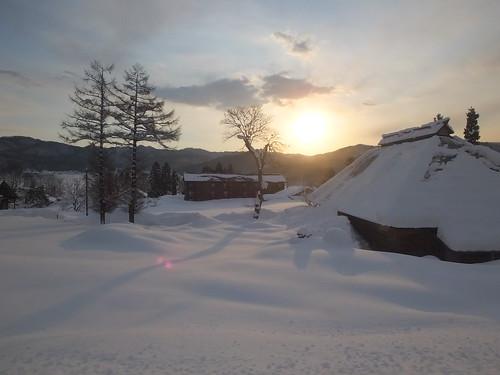 冬の朝一番電車の車窓 沿線の白馬村や小谷村は深い雪に包まれる