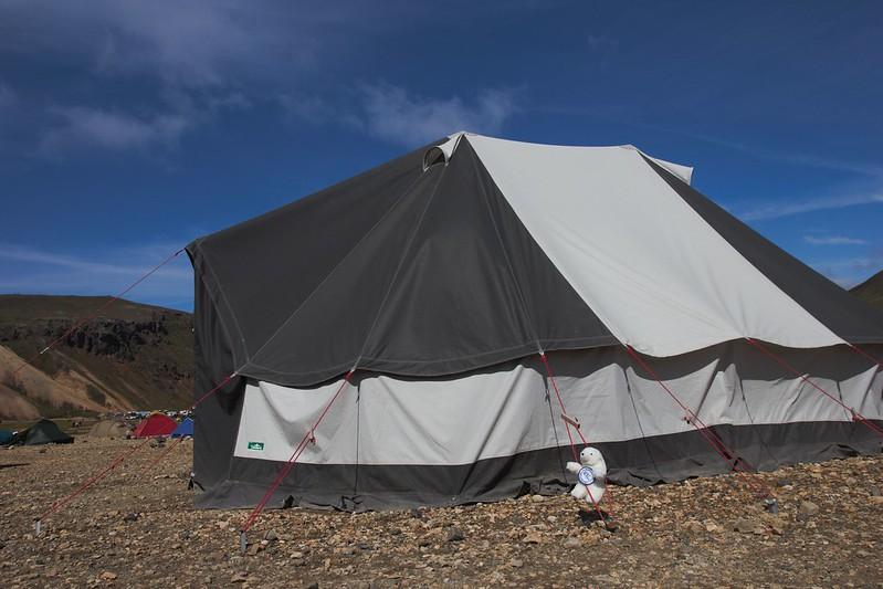 Lars a monté tout seul la tente mess