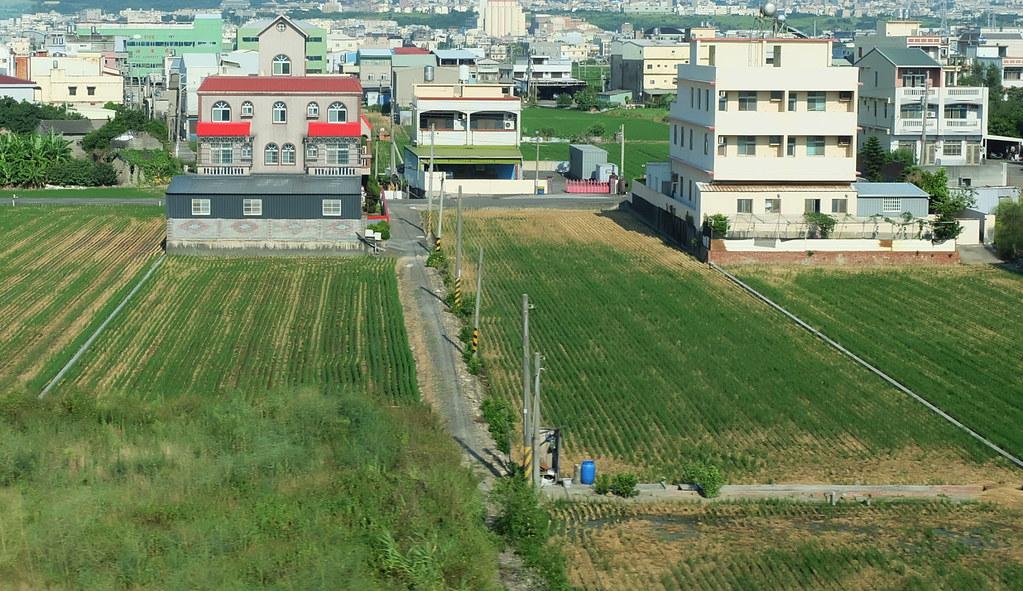 農地與工廠、房舍夾雜是台灣常見的現象。攝影:陳文姿。