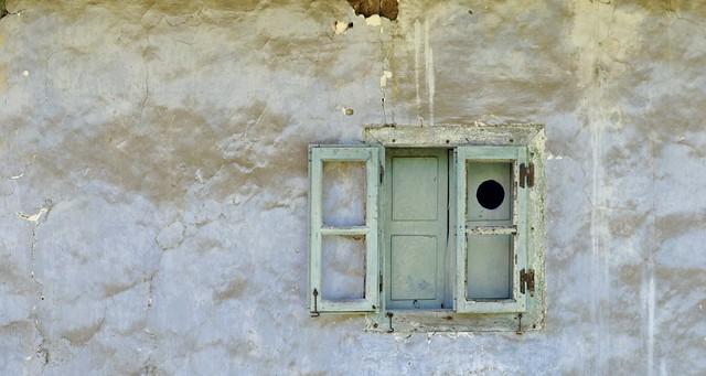wall and window -- pared y ventana: santolaya