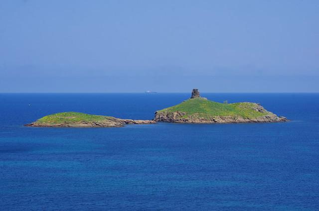 246 - Cap Corse, sur le sentier des douaniers au nord de Macinaggio, deux des îles face à la plage des Îles