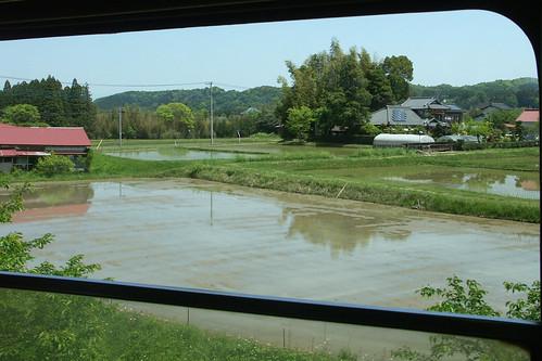 車窓から眺める沿線の里山風景