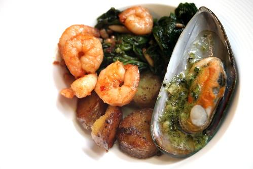 bratkartoffeln, spinat, gratinierte muschel, scharfe garnelen | by mrs.flax