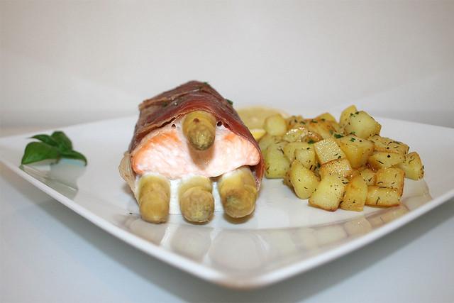 39 - Salmon asparagus saltimbocca with honey potatoes - Side view / Lachs-Spargel-Saltimbocca mit Honigkartoffeln - Seitenansicht