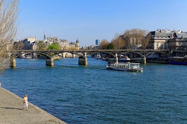 Pari : Woman walking / Pont des Arts