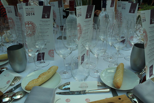 圖11.Saint-Emilion葡萄酒節餐會上每個人的品酒杯多達6個,相當罕見