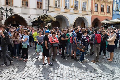 Turistiryhmiä oppaineen