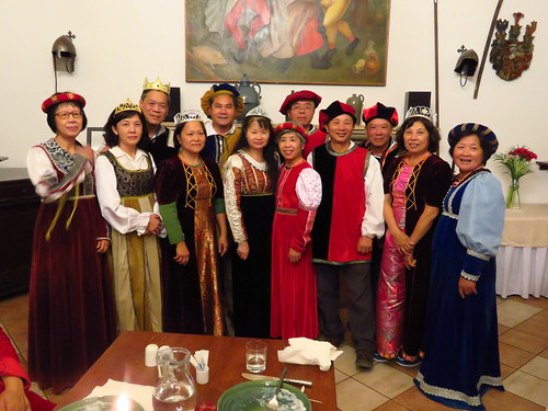 圖04庫倫諾夫的晚餐是新奇有趣的變裝西餐~~每個客人都換裝中古服裝用餐