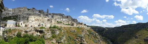 Matera, met aan de rechterkant nog grotten in de rotsen ...