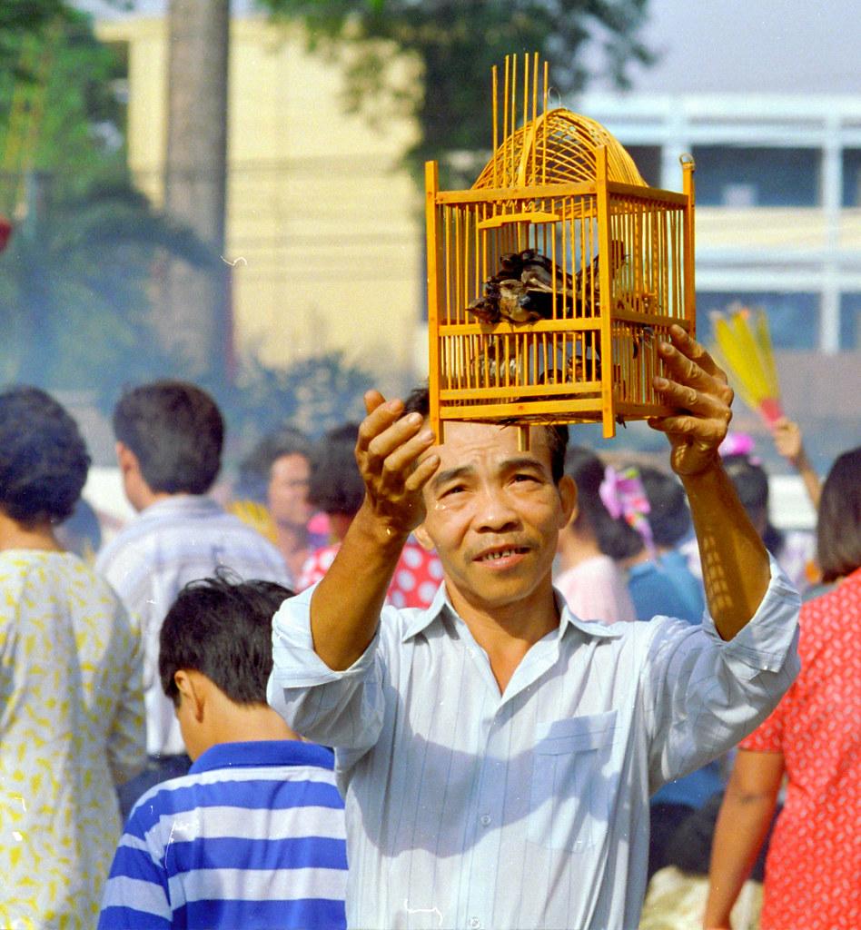viet_sud_073, Ho Chi Minh Ville : lâcher d'oiseaux au nouvel an, en guise de bonne action