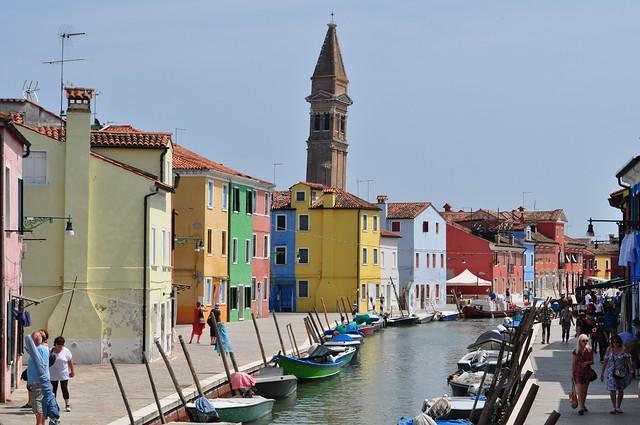 Les maisons et le campanile de San Martino Vescovo (XVIe), fondamenta della Pescheria, Burano, lagune de Venise, Vénétie, Italie.
