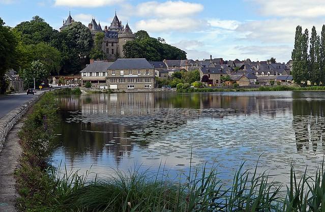 Eau du lac et château, tranquille  . . .