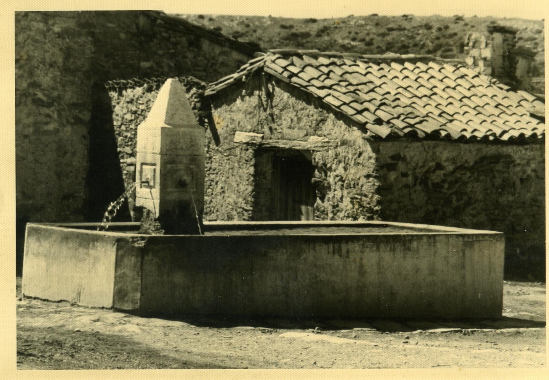 Toril. La fuente de la plaza.COLECCIÓN JAVIER DALDA. Año 1965.