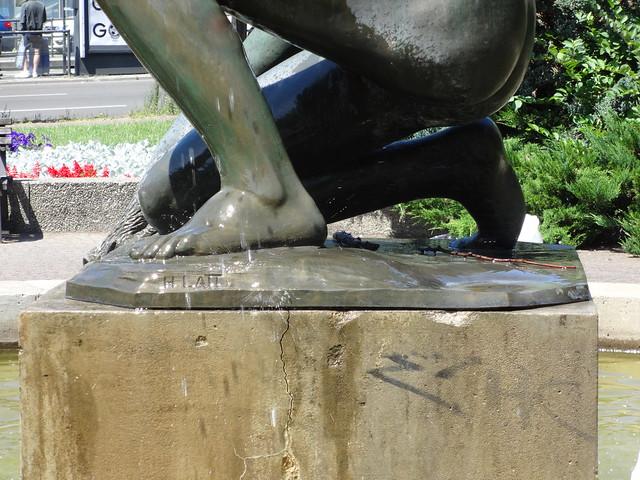 1925/33 Berlin Künstlersignet am Jüngling mit Fisch Brunnenfigur von Hans Latt Bronze Stefan-Heym-Platz/Frankfurter Allee/Möllendorffstraße in 10367 Lichtenberg