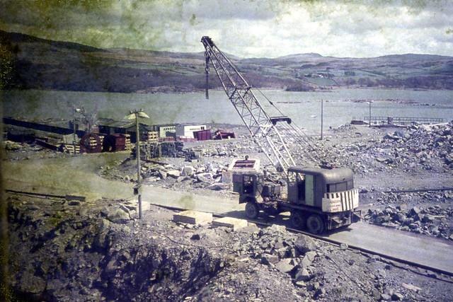 Craen symudol yn ystod adeiladu yr gorsaf Bŵer TrawsfynyddMobile crane during the construction of Trawsfynydd Power station.