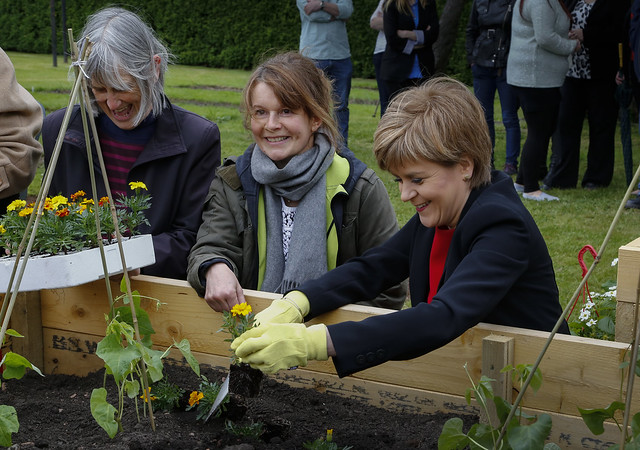 First Minister visits Fresh Start Helping Hands project