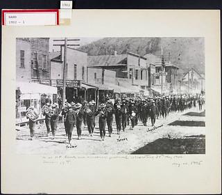NWMP band and personnel, Victoria Day Parade, May 24, 1902, Dawson, Yukon Territory / Le personnel et le groupe musical de la P.C.N.-O. lors de la parade de la fête de Victoria, 24 mai 1902