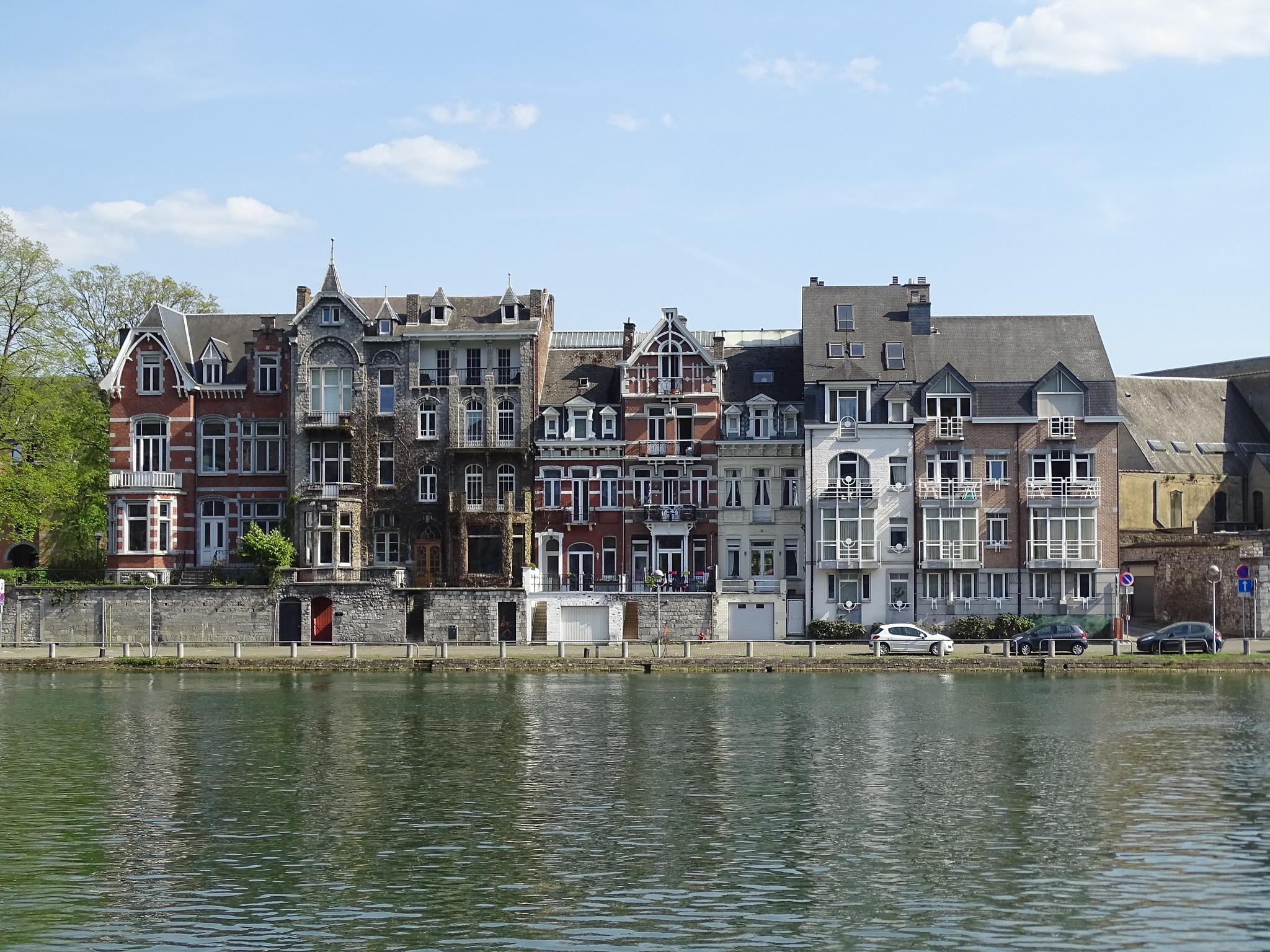 Rio Mosa o Meuse y edificios Namur Belgica