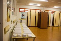 En la imagen se puede ver la zona de papeletas y la cabina de votación del Colegio San Lorenzo