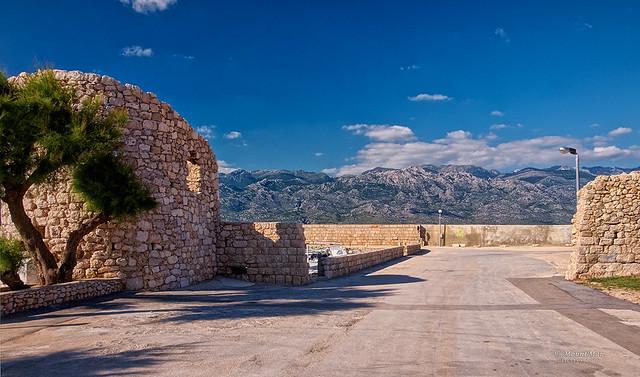 Ražanačke kule i zidine s pogledom na Velebit