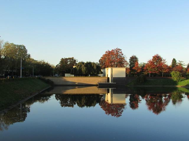 Noorderbegraafplaats te Hilversum met Berlagervijver in de herfst. Rijksmonument.