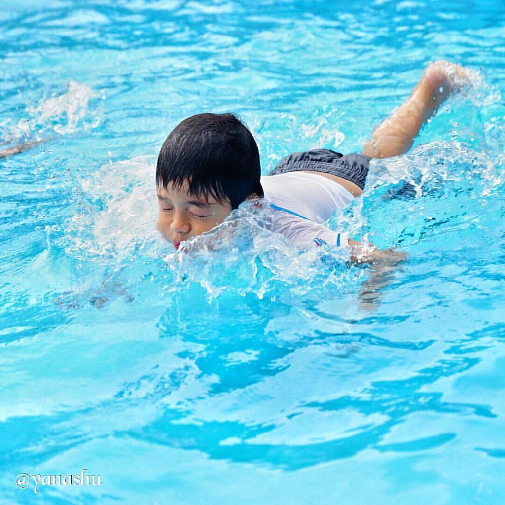足がつかない深さの場所でも頑張って泳ごうとチャレンジ。スイミングスクール通わせてあげようかな。 #son #pool #summer #sodegaura #japan #igersjp