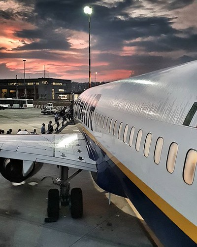 Coming back home #travelgram #life #airplane #travel #trip #flight #sunset #ryanair #sicily #sicilia #catania #airport #colors #colorful #igers #igersitalia #sky #clouds #cloudy #instagood | by Mario De Carli