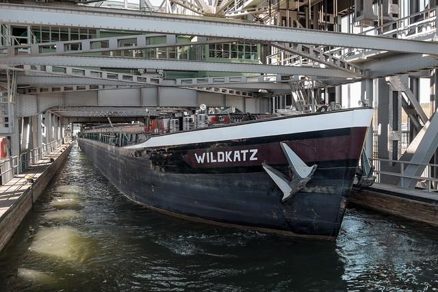 Ganz schön eng: Frachtschiff bei der Einfahrt in den Trog